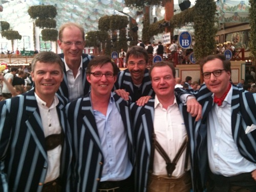 In Clubjacke und Lederhose: Senioren des Hockey-Club Bad Homburg auf der Wiesn, September 2010