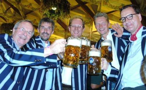 Senioren des Hockey-Club Bad Homburg in Clubjacke auf der Wiesn, September 2011