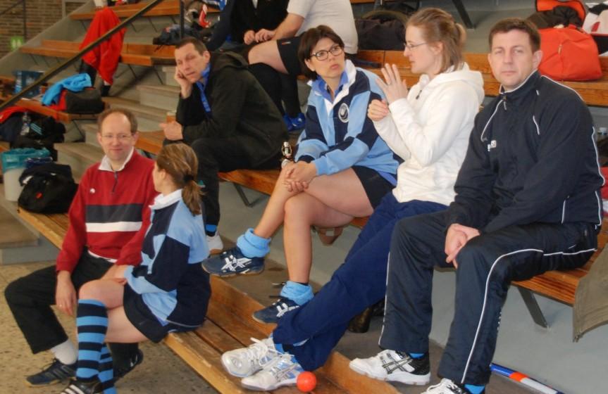 Gespräche am Rande (auch dabei: Tina Kühnemund (2.v.r.), die auf dem Mannschaftsphoto fehlt)