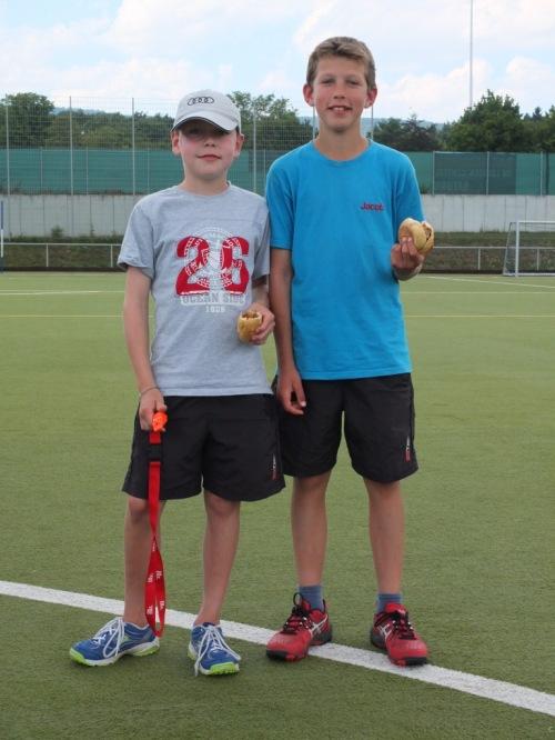 Als Dauerschiedsrichter im unermüdlichen Einsatz: Metzner junior und Jakob Miguletz